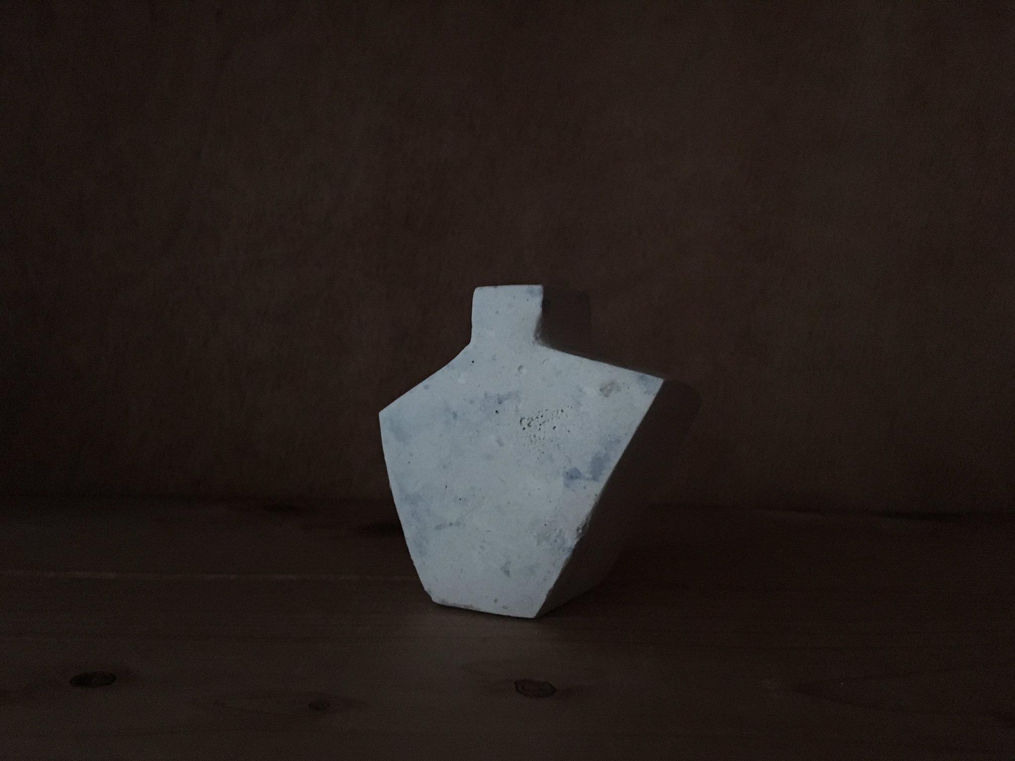 造形が面白い、白い陶芸作品
