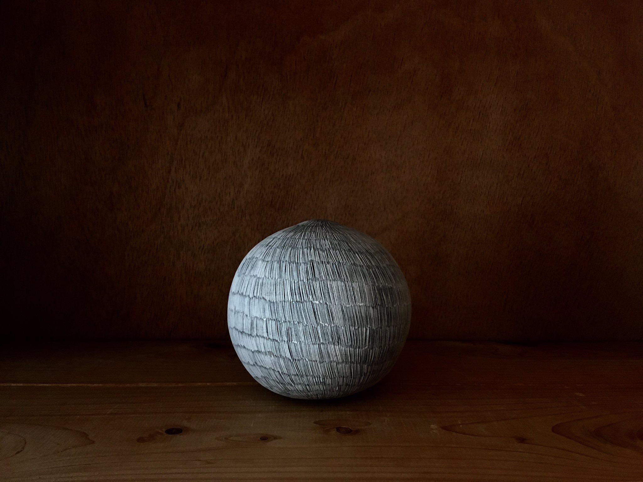 細かく模様が入った白い陶芸作品
